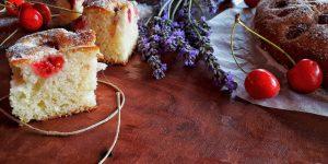 Jednostavan kolač s trešnjama i malinama